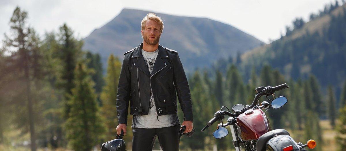 Motorrad Biker neben seinem Chopper in Lederjacke