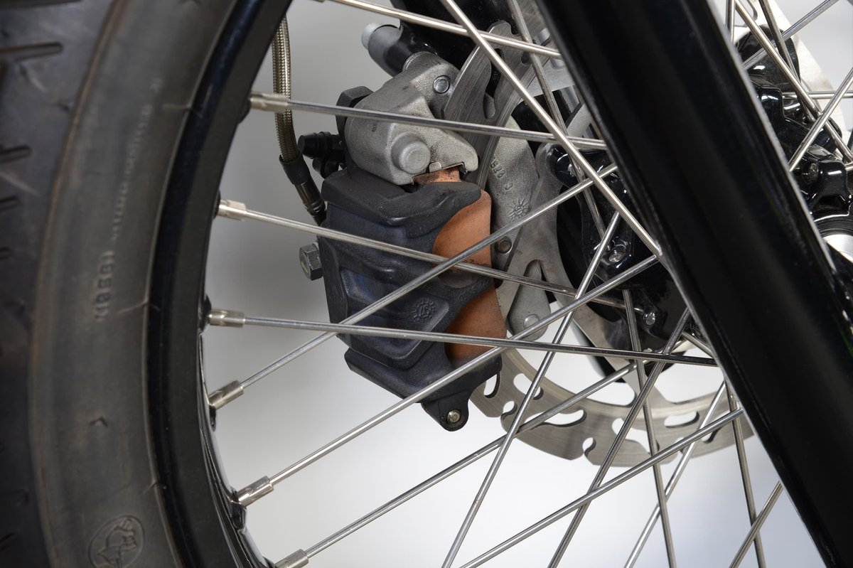 Floating caliper brakes can be recognized by the brake pistons placed only on the outside