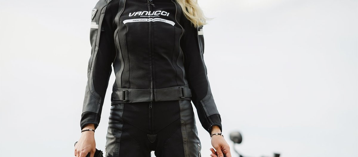 Biker Frau mit Motorradlederjacke