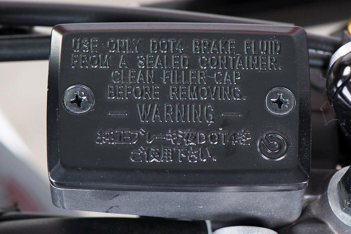 Aflæsning af foreskrevet bremsevæske på dækslet