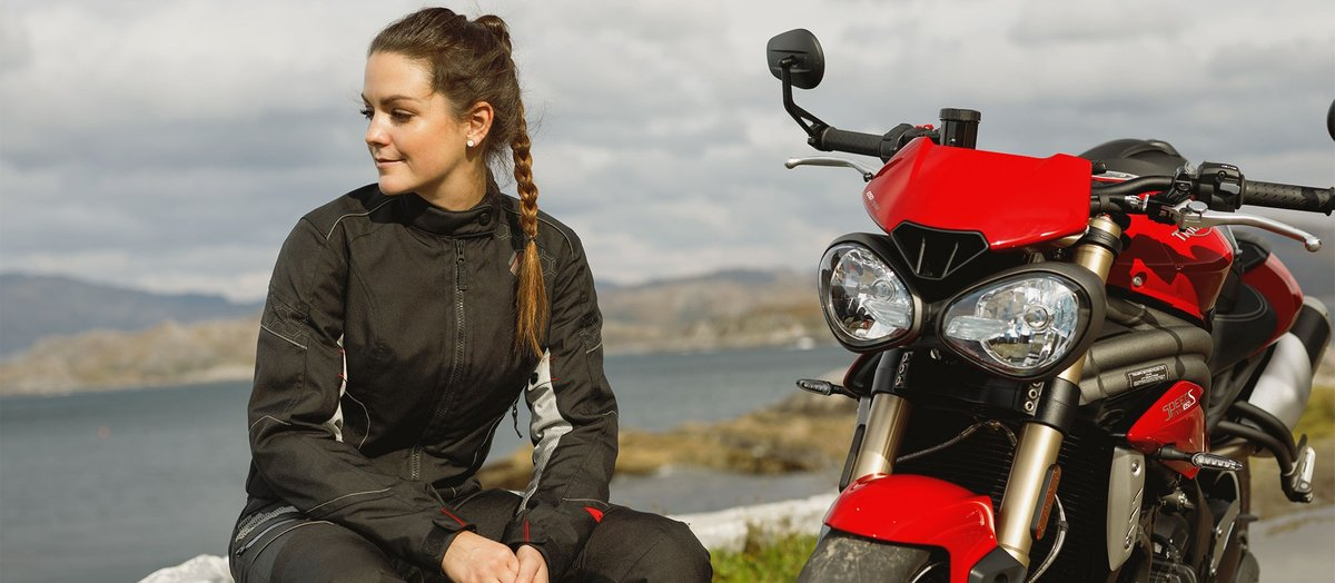 Motorradfahrerin in Textilbekleidung