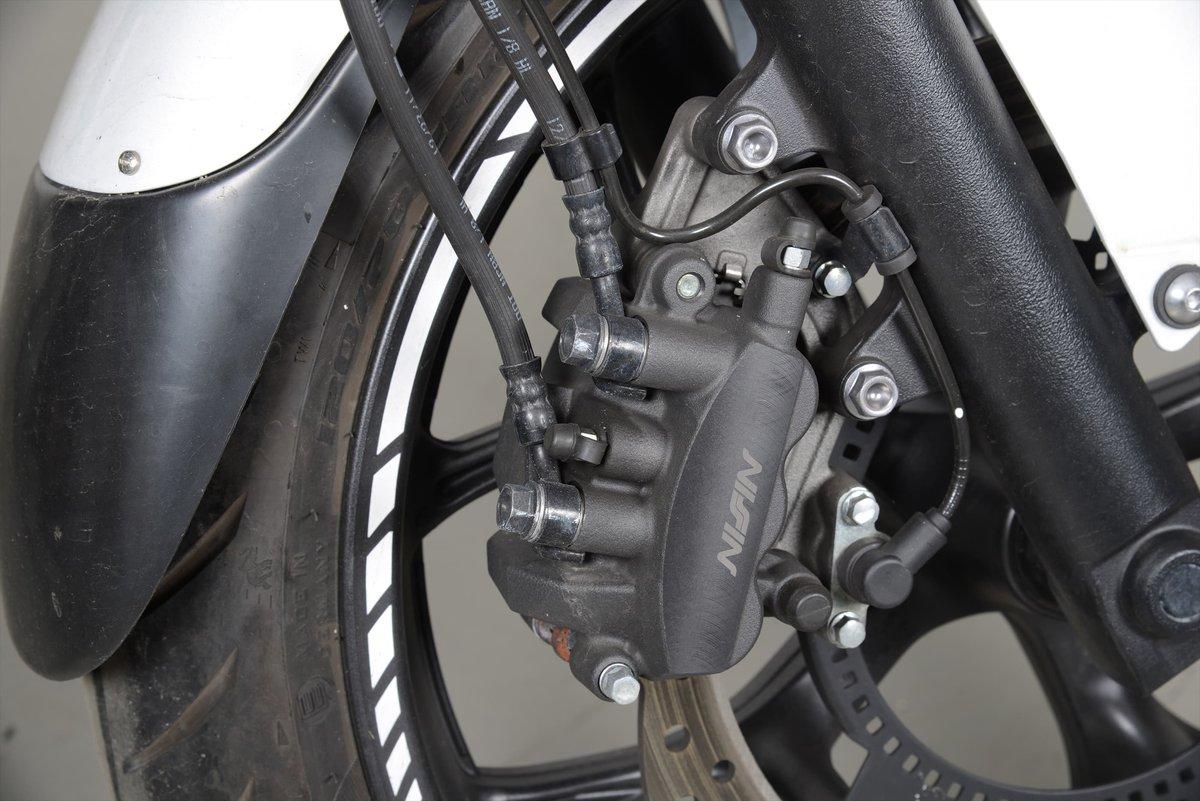 Le système de freinage intégral: reconnaissable à la deuxième durite hydraulique