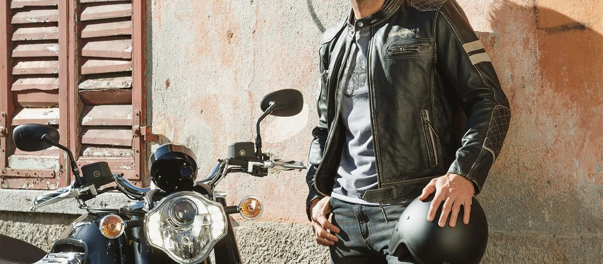 Biker mit Motorradlederjacke