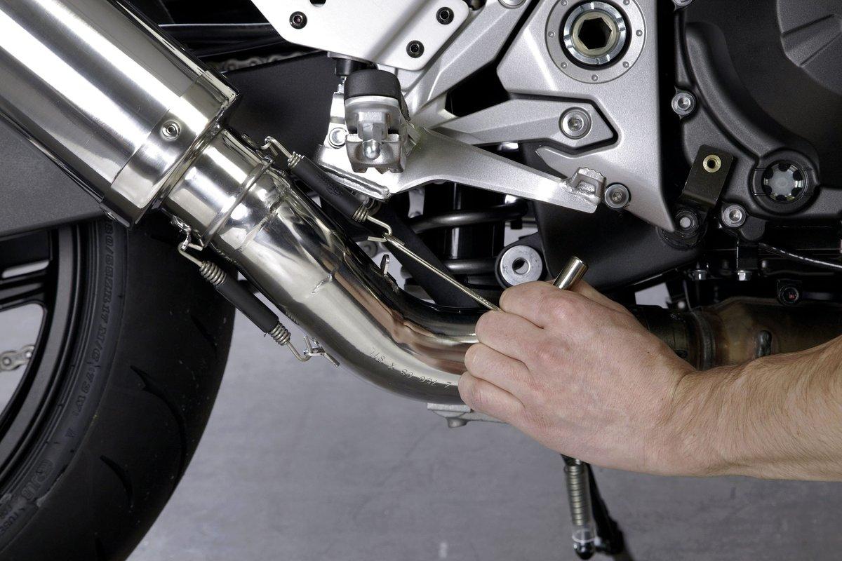 Step 14 – Motorrad-Auspuffanlage festmachen