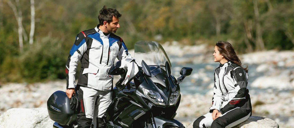 Motorradfahrer und Motorradfahrerin