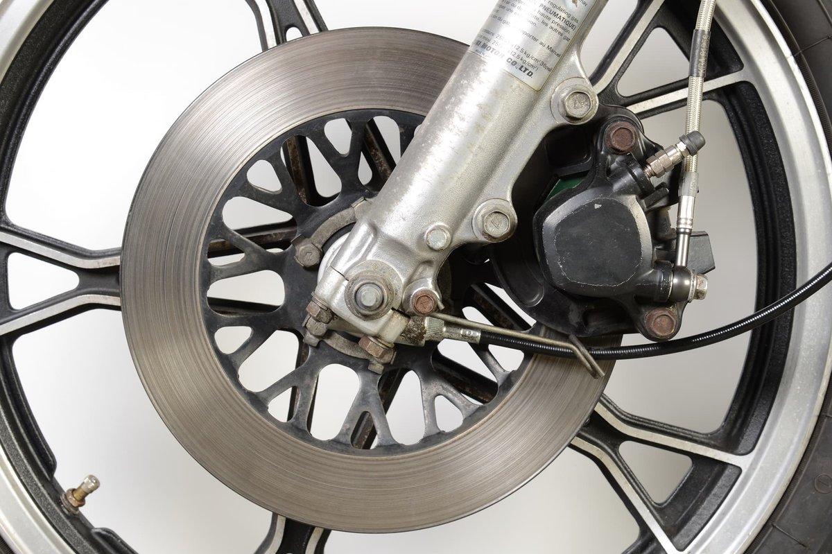 Les freins à étrier flottant peuvent également s'accommoder de disques de frein monoblocs