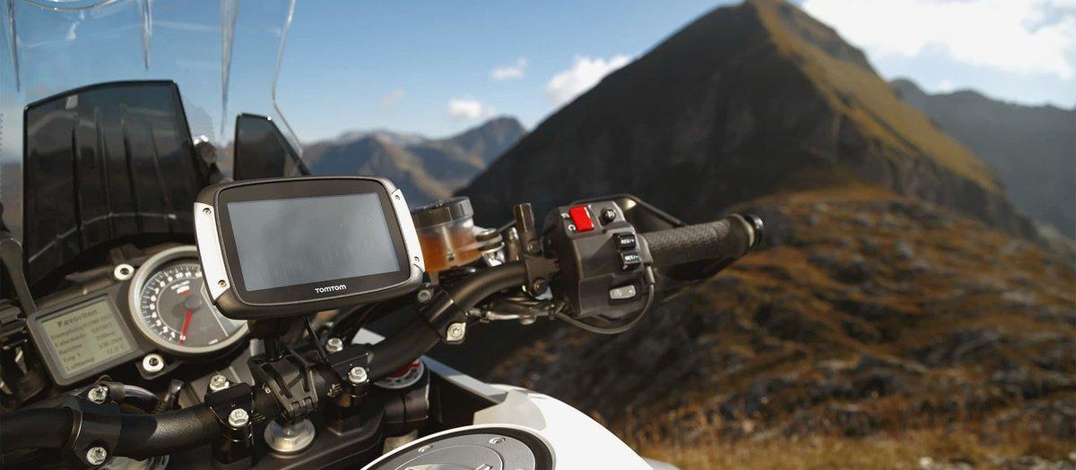Motorrad überblickt Berg mit Navi