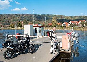 Halt an Deutschlands ältester Naturrennstrecke  Auf unserer Weiterfahrt in Richtung Sachsen erleben wir mit dem Thüringer Schiefergebirge ein weiteres Motorradhighlight des mit genialen Kurven und Bikerlandschaften gesegneten Bundeslandes. Das Schwarzatal