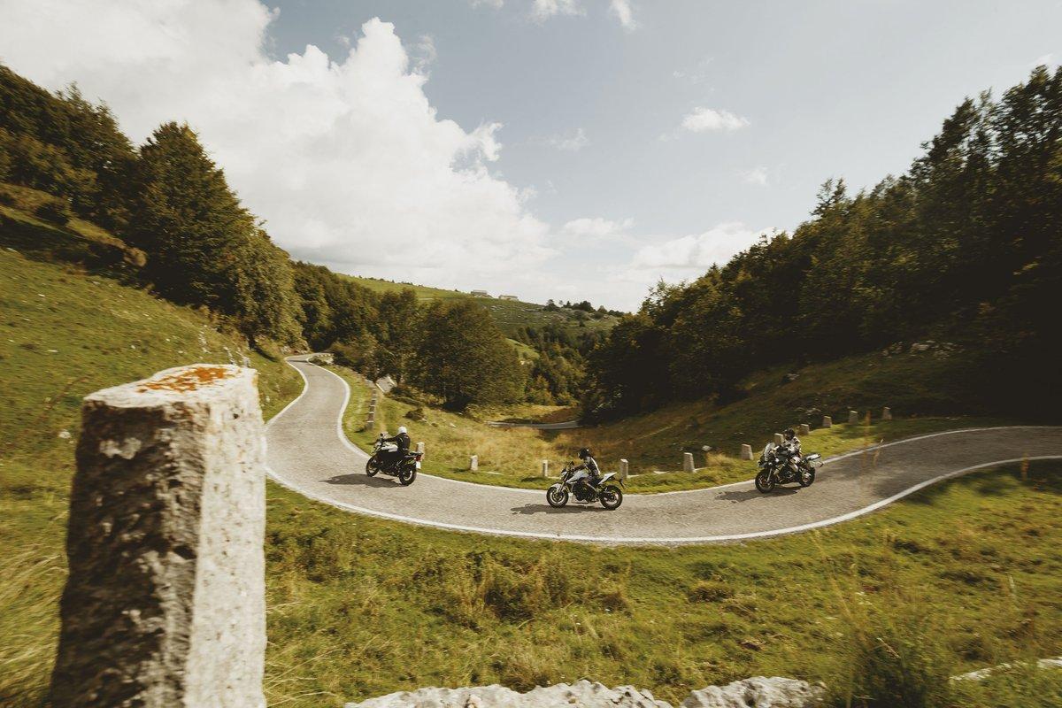 Motorrad-Trio bei einer Kurvenfahrt
