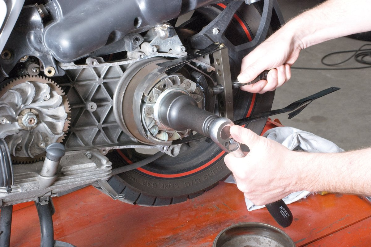 Step 13, Fig. 2: Undo the central nut, e.g. with a strap wrench/universal oil filter wrench