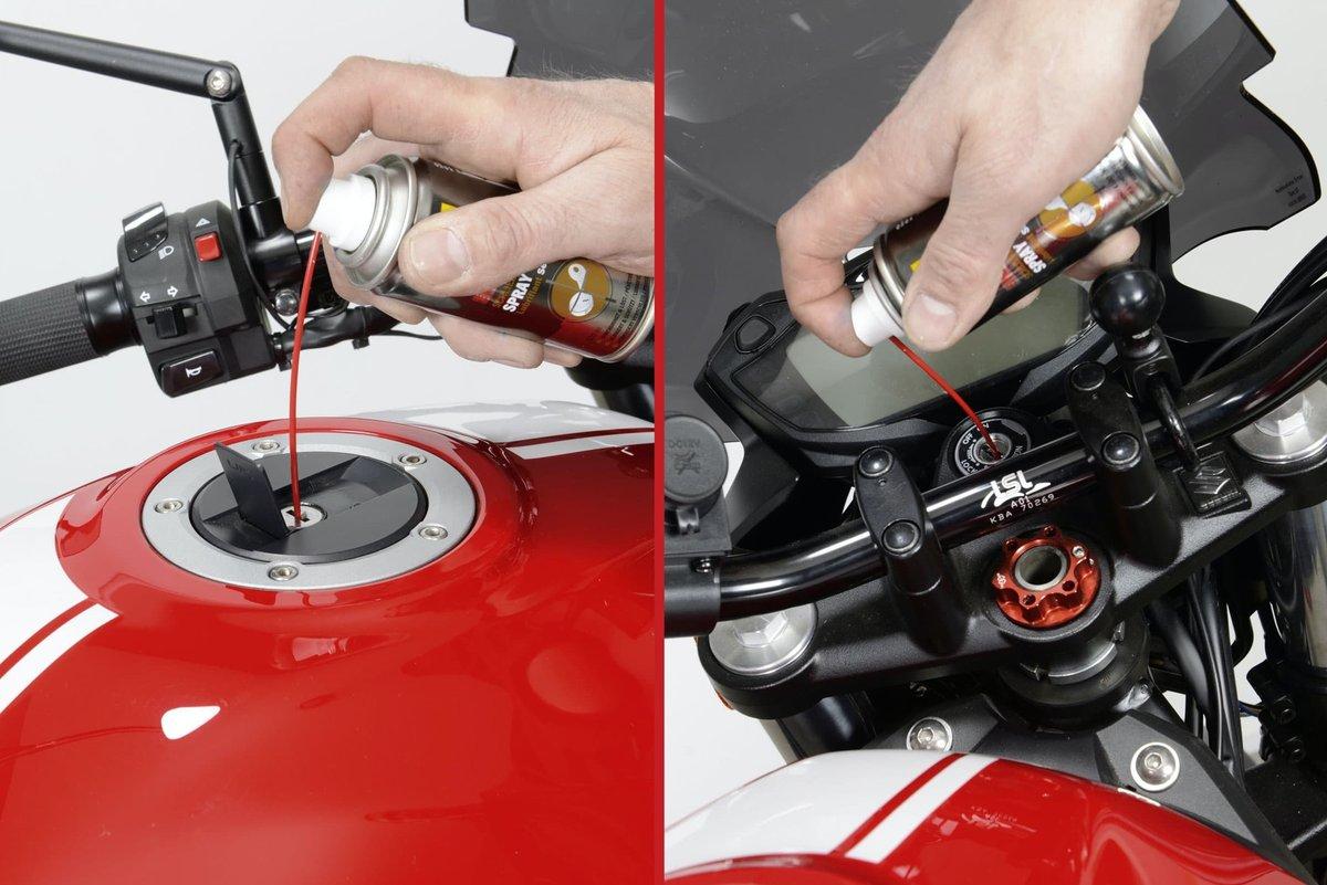 Step 20 – Schlösser mit Schließzylinderspray am Motorrad schmieren