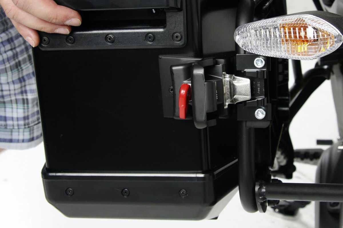 Step 8, Fig. 2: Attach the cases to the retaining clips and check that they are properly seated