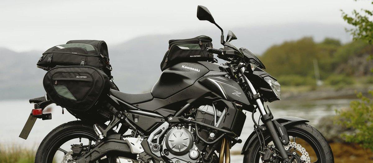 Motorrad auf Straße mit großer Satteltasche