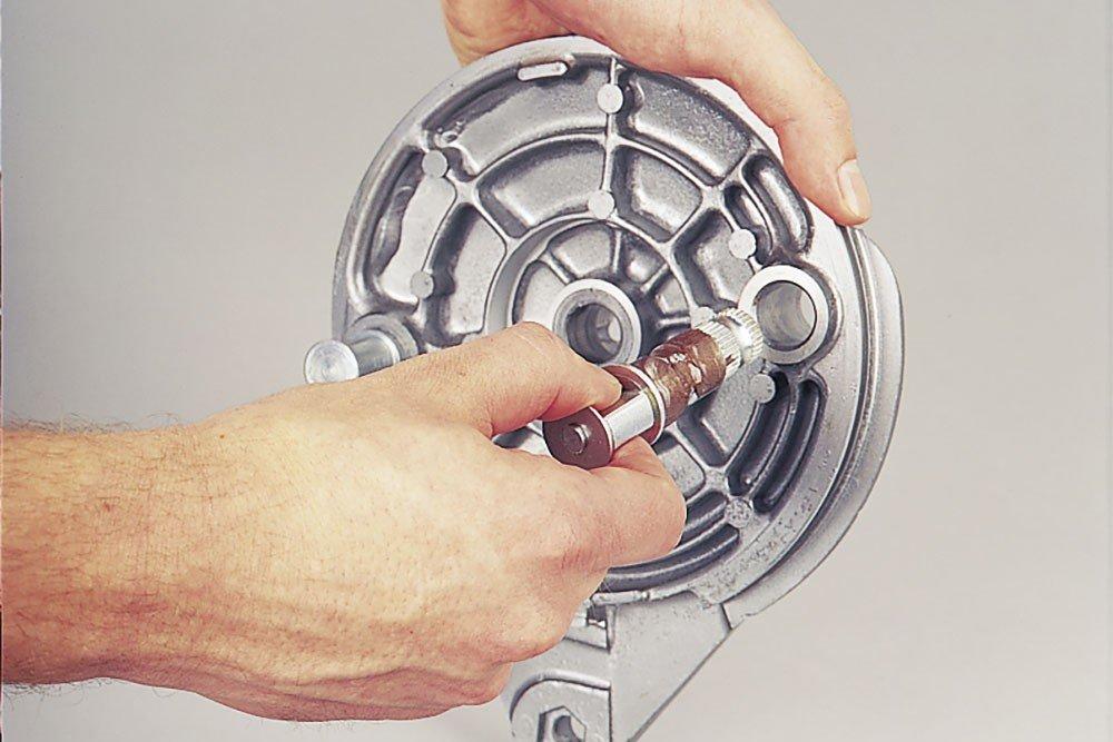 Step 4: Bremswelle gängig machen und mit Kupferpaste fetten