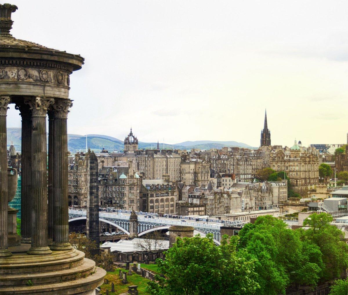 Aussicht auf Edinburgh vom Calton Hill mit Dugald Stewart Monument
