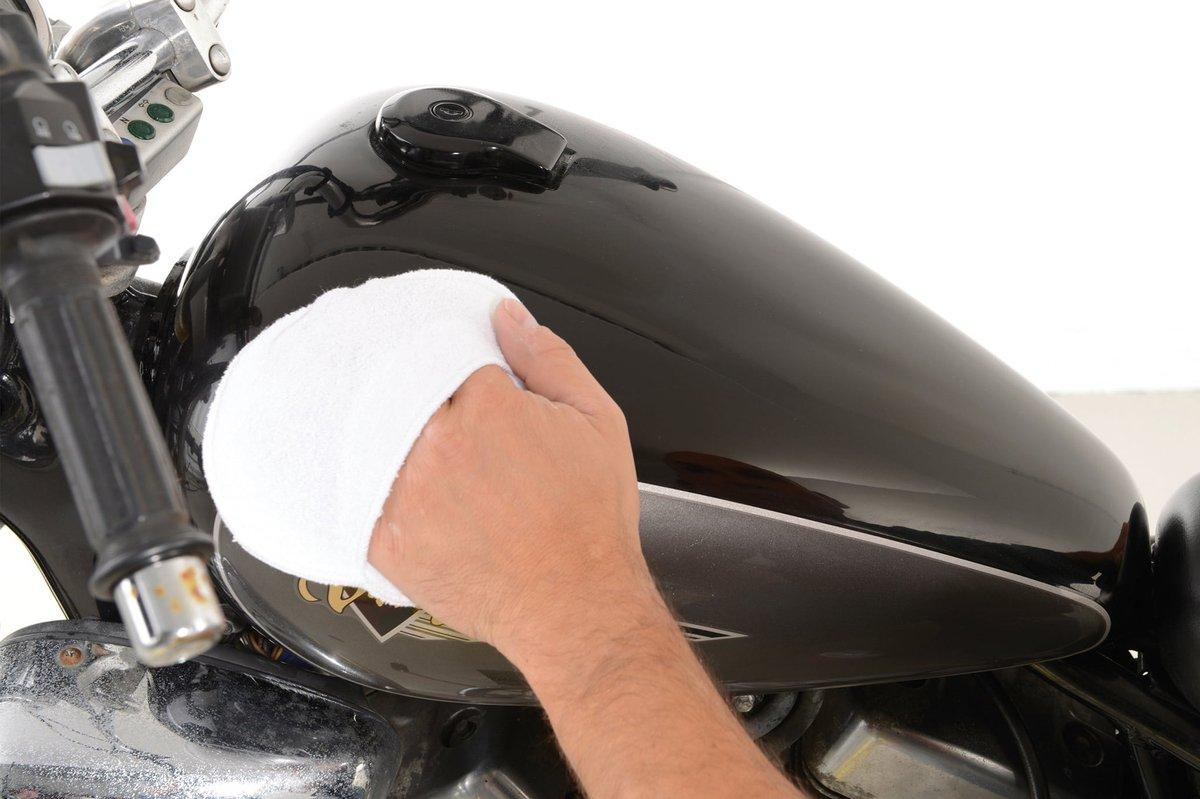 Fase9 –massaggiare la cera con un applicatore per lucidante o un panno