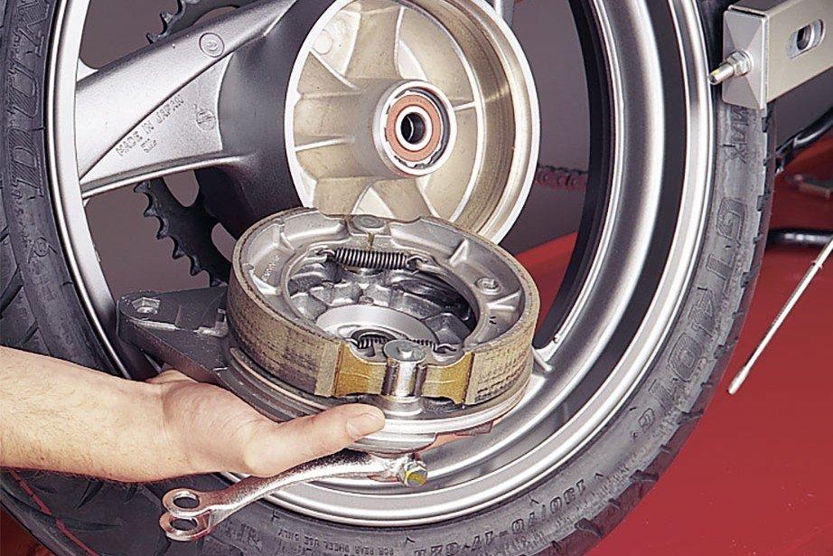 Step 1: Bremsträgerplatte abnehmen