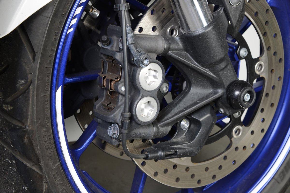 Yamaha fait partie des premiers fabricants à avoir utilisé des étriers monoblocs dans la production de série
