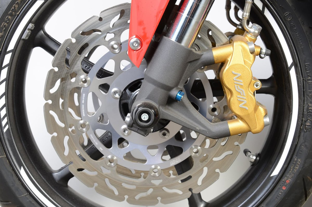 Les freins à étrier fixe ont généralement des disques de frein qui sont montés dans des flotteurs