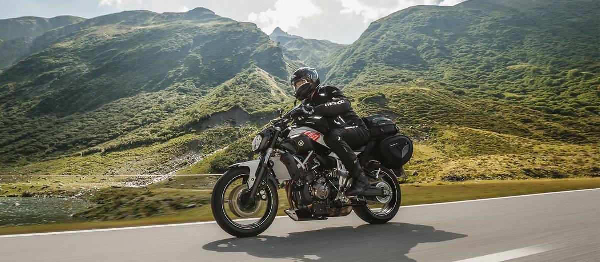 Motorradfahrer und die Landschaft