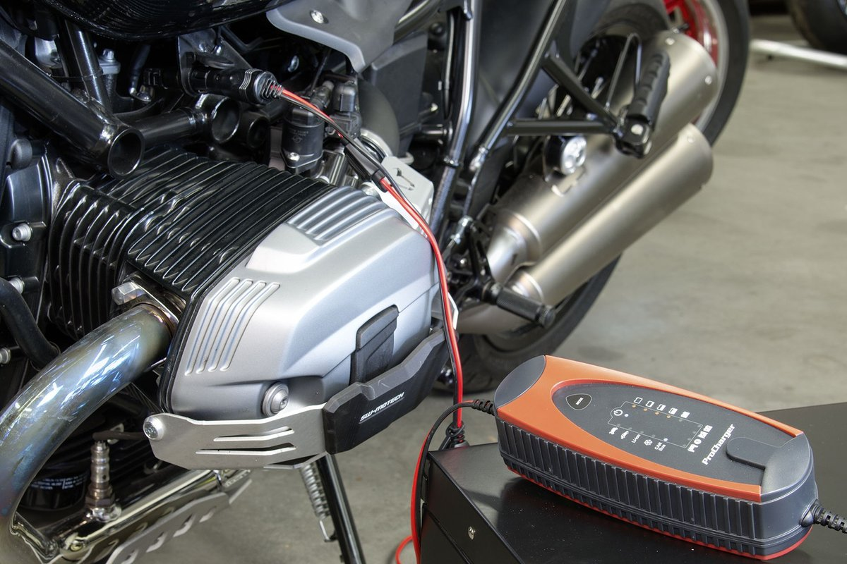 Fig. 3 –Charging at an OEM vehicle socket requires a CAN bus enabled charger. Here: ProCharger 4,000