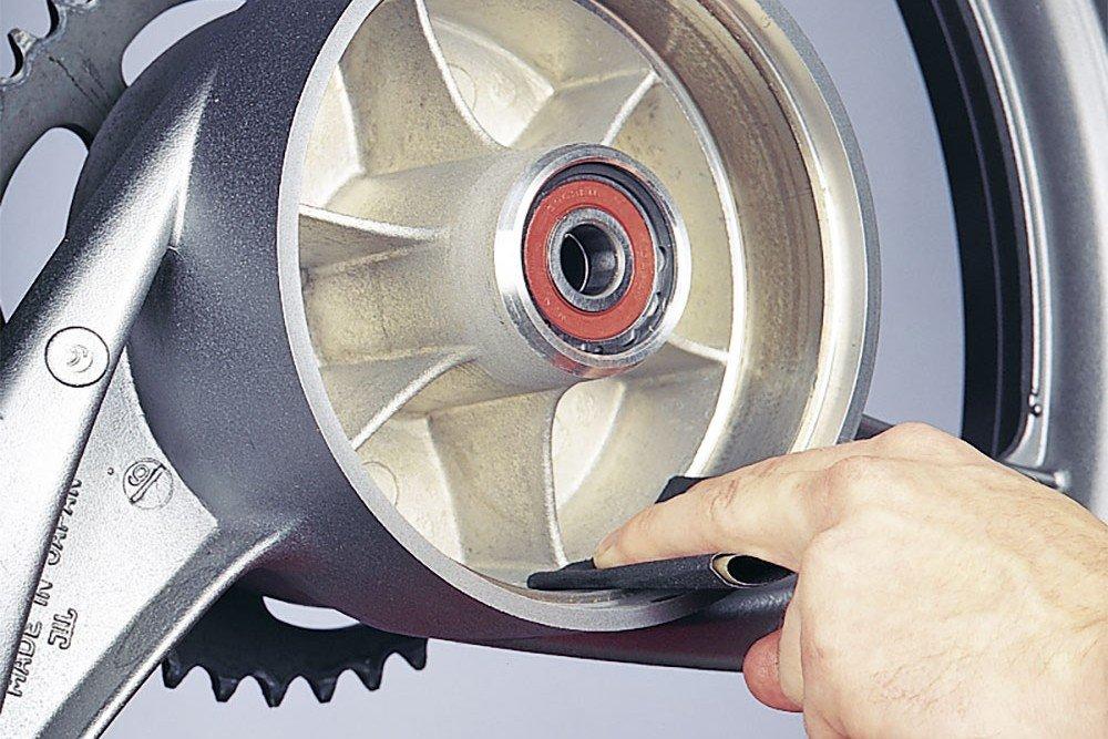 Step 6: Bremstrommel prüfen, ggf. mit Schleifpapier glätten