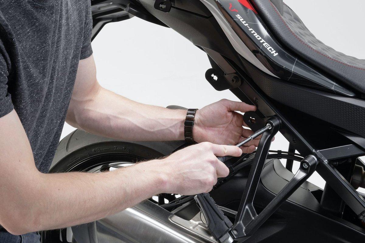 Step 17 – Schrauben am Motorrad kontrollieren