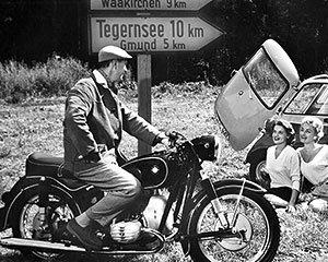 Motorrad vs. Auto: Kleinwagen wurden Ende der 50er Jahre zu bezahlbaren Massenfahrzeugen.