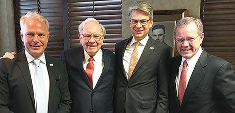 Von links: Nico Frey, Warren Buffett, Joachim Grube-Nagel und Ted Weschler